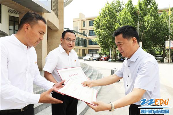 2郭勤学校长为首批支教老师送上国家教育部教师工作司颁发的纪实荣誉证书