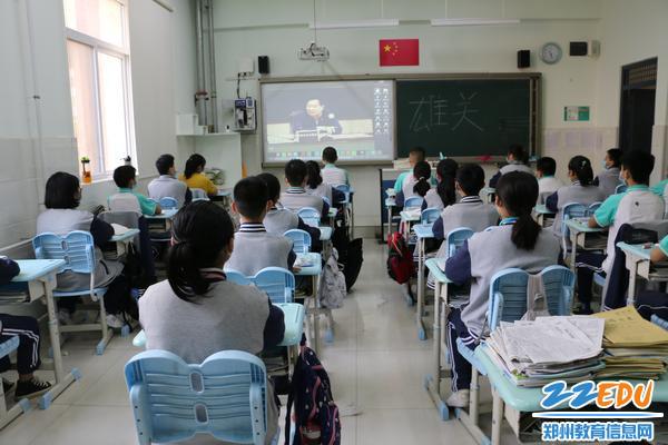 学生认真观看学习政论片《雄关》