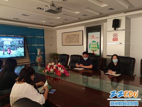 学校党委书记易峰(右一)进行总结_副本