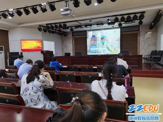 郑州61中全体党员观看《物业英雄》