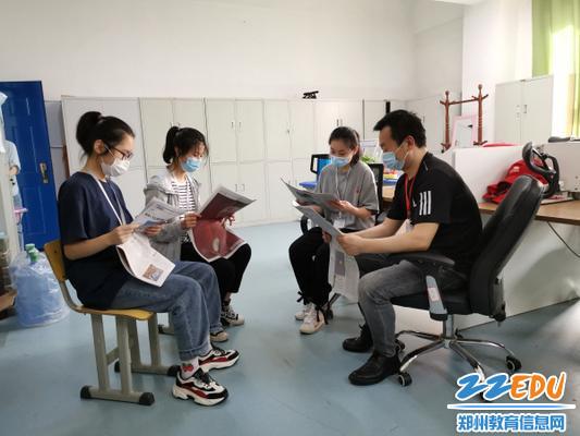 1、政治教师王建指导研究性学习小组一起讨论两会