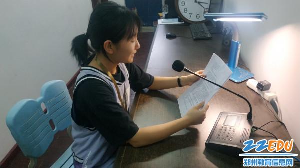2 广播站王文洁做节目《聚焦两会》