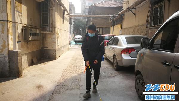 张子航同学在社区义务消毒