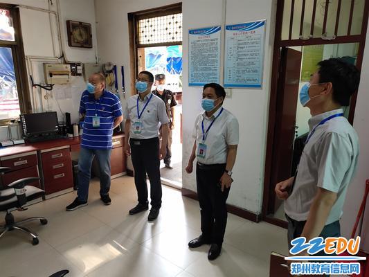 校長李玉國一行檢查門衛室的安保設施和微型消防站