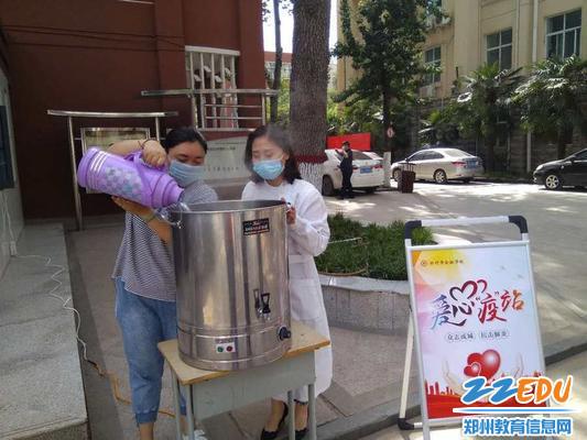 工作人员在熬制抗疫汤药