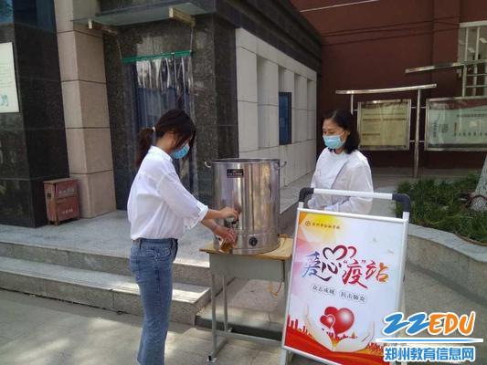 工作人员引导师生饮用防疫汤汁