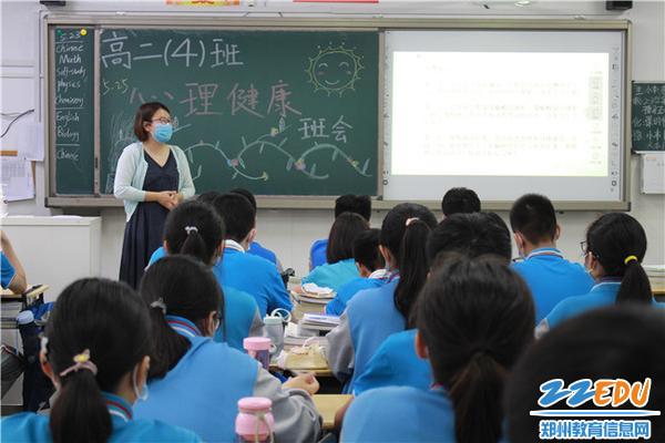 """6班主任李琪老师给大家 介绍""""健脑手指操"""""""