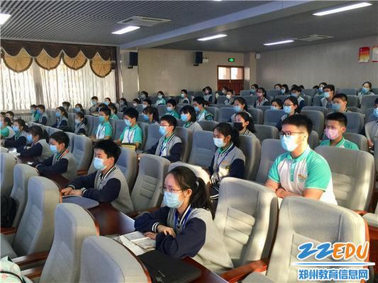 5 在场学生认真聆听、记录,深受感染