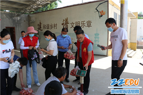 党员纷纷扫码购买贫困户孙连海种植的西红柿