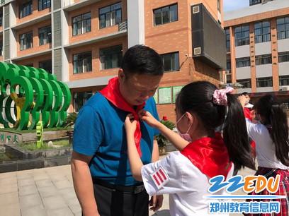 少先队员代表为慰问领导佩戴红领巾_调整大小