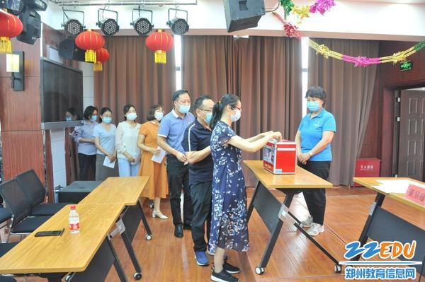 5广大党员秉着公正公平的原则认真投票