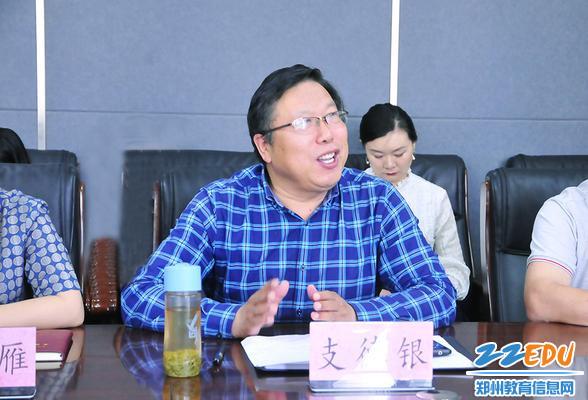 郑州市科技工业学校校长支德银介绍学校情况