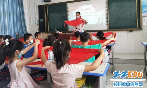 1.孙庄小学队前教育之会戴红领巾_调整大小