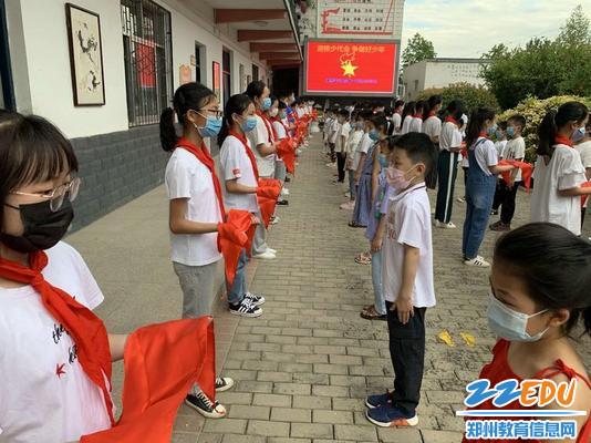 7.弓寨小学老队员为新队员授红领巾