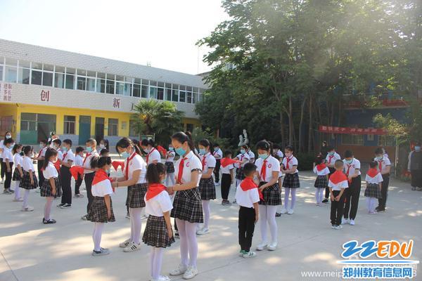 8.八堡小学老队员为新队员授红领巾