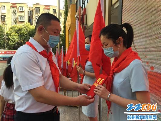 11.东风路小学校长为新任中队辅导员颁发聘书