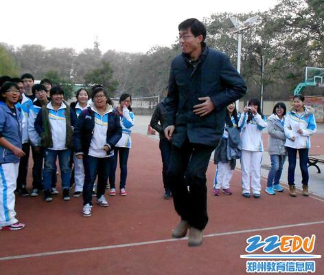 郑州市第四高级中学 赵付涛 和孩子们一起跳大绳1