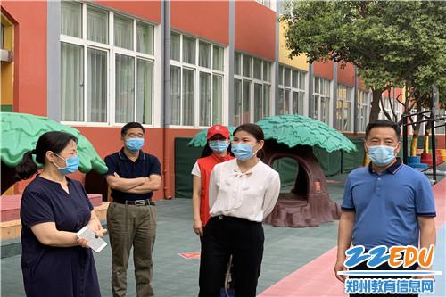 教体局副局长刘胜平、职教科科长李海松、信访办主任马爱敏一行三人观摩了此次演练活动