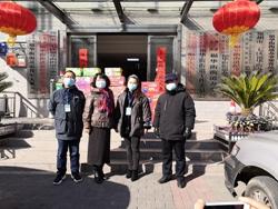 郑州107中学校长张献雨和党总支书记楚锦鹏代表学校给福华街街道办事处捐赠食品