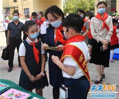 团省委书记、党组书记王艺与少先队员们亲切交流