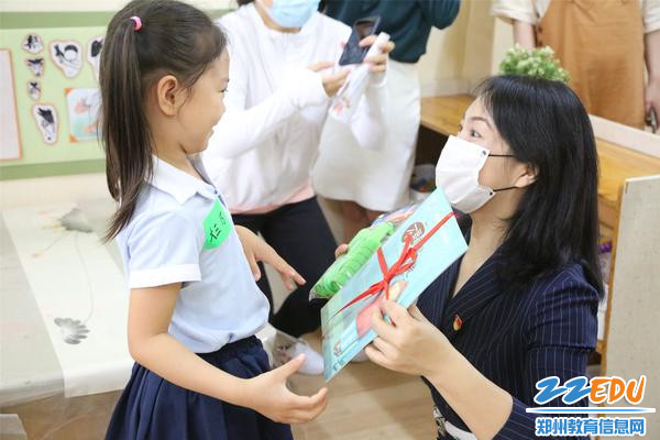 7.幼儿园准备的开学礼物,绘本和跳绳