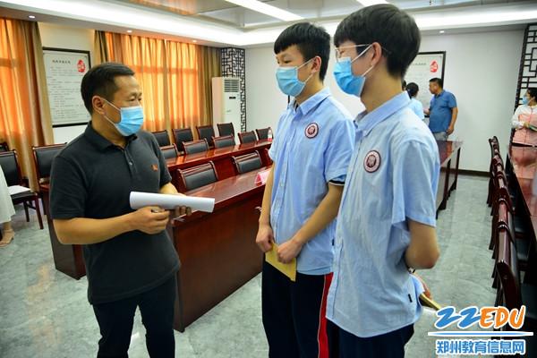 惠济区人大代表与受助学生进行亲切交谈