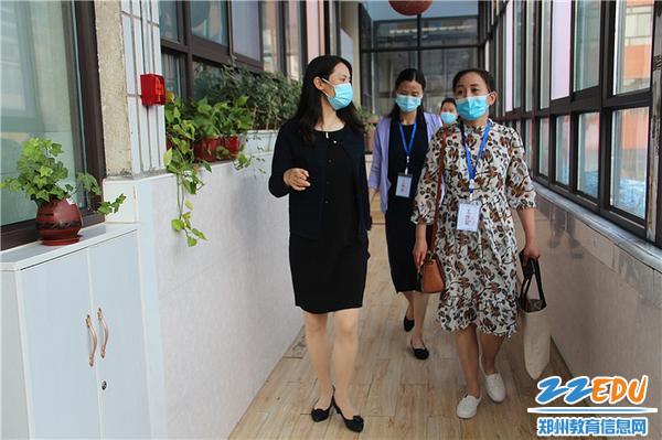 9.郑州市教工幼儿园副园长巴丽坤带领督导组巡视幼儿园
