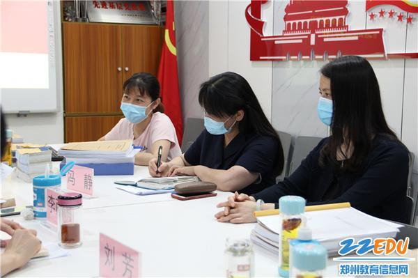 11.郑州市教工幼儿园领导们积极回应并记录反馈。