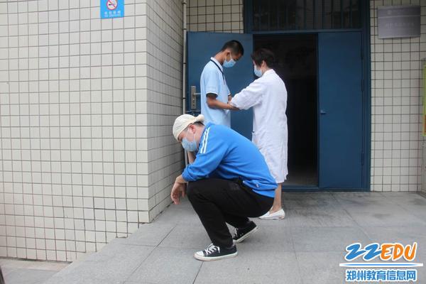 校医为受伤学生包扎伤口