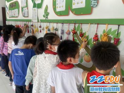 惠济区南阳小学组织开展端午节香包展评活动2_调整大小