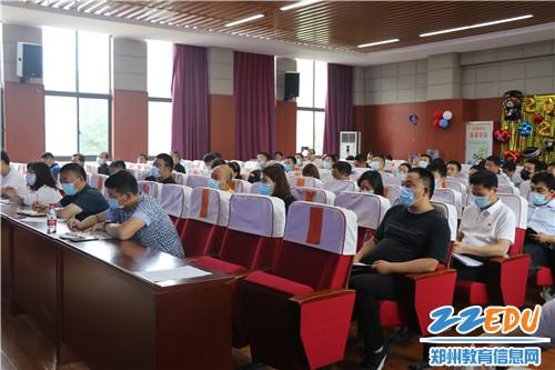 各成员单位分管副职及全县各学校安全副校长参加了会议