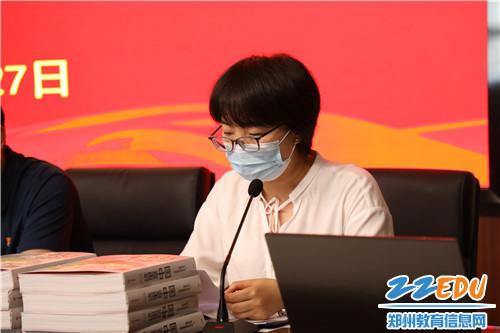 学校党委委员何冰艳宣读第二季度入党名单