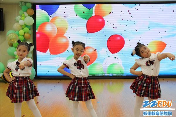 4女孩子们表演舞蹈《你笑起来真好看》
