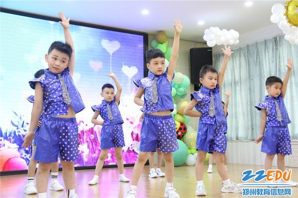 5.男孩子表演舞蹈《少年》