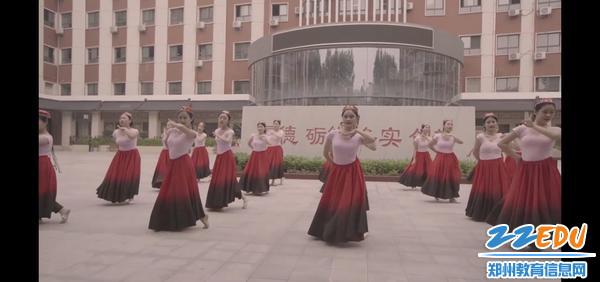 民族舞蹈《傣族姑娘》。