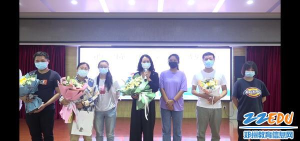学生代表献花教师发言