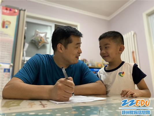 1.在家中,孩子和家长一起认真填写问卷投下宝贵一票