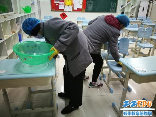 保洁人员按时消杀教室