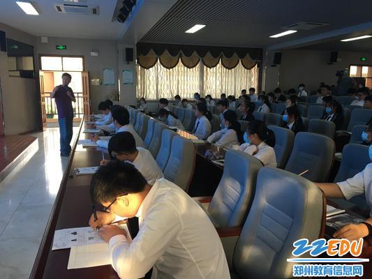 02郑州34中九年级同学认真聆听叶老师讲课