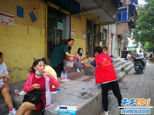 志愿者为家长送水