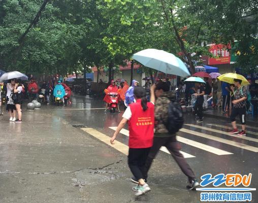 志愿者为考生撑伞