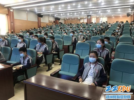 学生代表在报告厅参加散学典礼