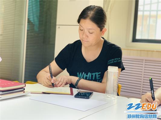 4保教主任刘莹认真记录教师总结内容