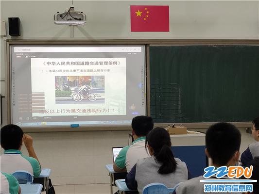 2  张慧民书记带领学生学习《中华人民共和国道路管理条例》