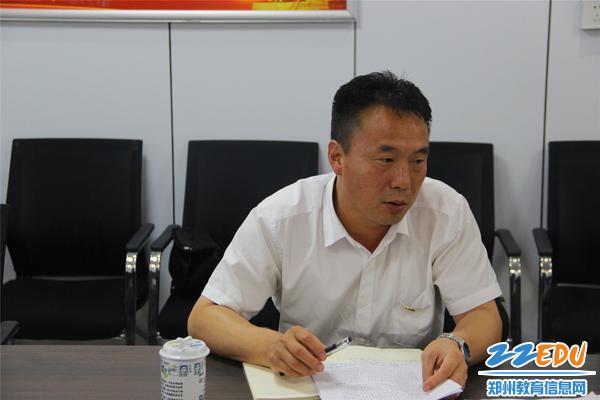 纪委书记杨海燕结合纪检工作要求进行自我剖析