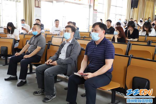 郑州三中校领导班子认真听取考核组讲话_副本