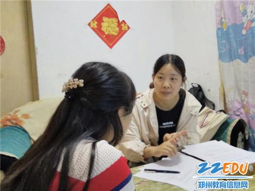 马媛晶老师在向学生了解家庭情况_副本