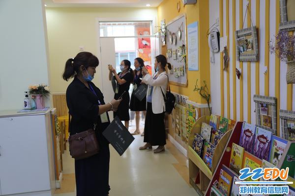 参观团走进幼儿活动室参观环境创设_副本