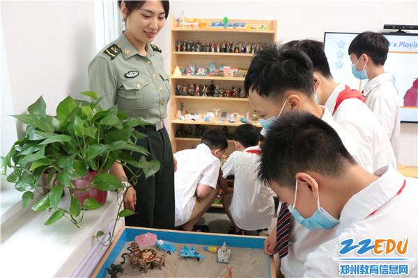 走进军营开展国防教育 (2)