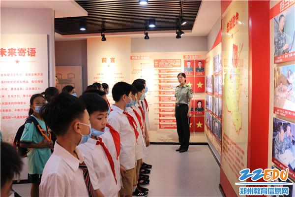 走进军营开展国防教育 (3)